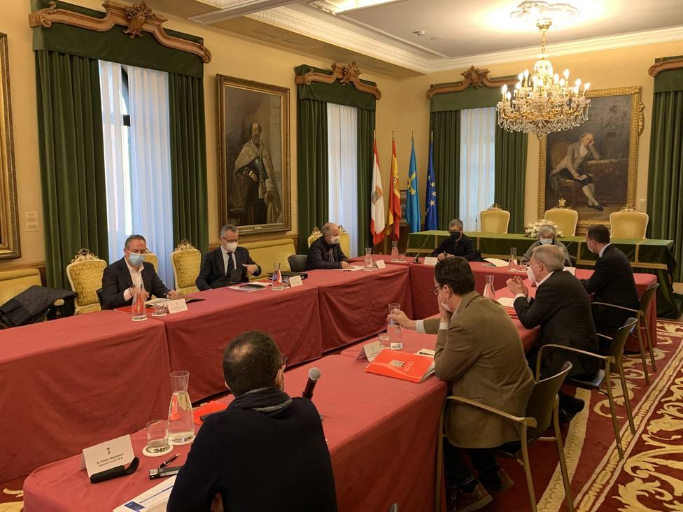 Foto de la reunión en el Salón de Planos Ayto de Gijón (Obras de Saneamiento)