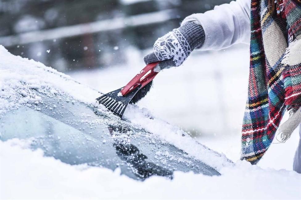Los errores que cometemos al tratar de quitar el hielo de la luna del coche