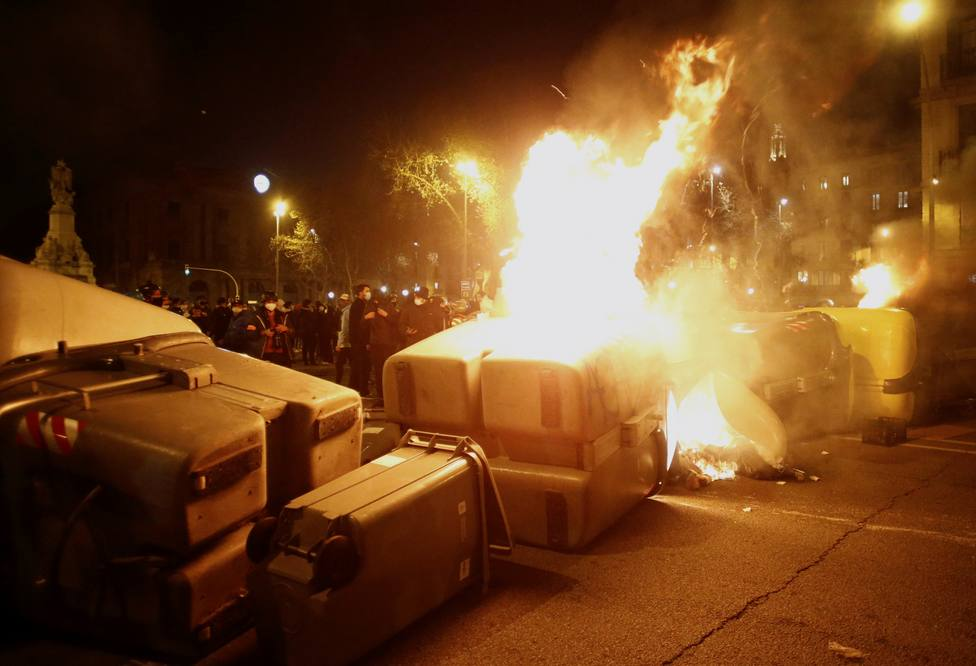 Quema de contenedores en Barcelona tras las protestas por Pablo Hasél