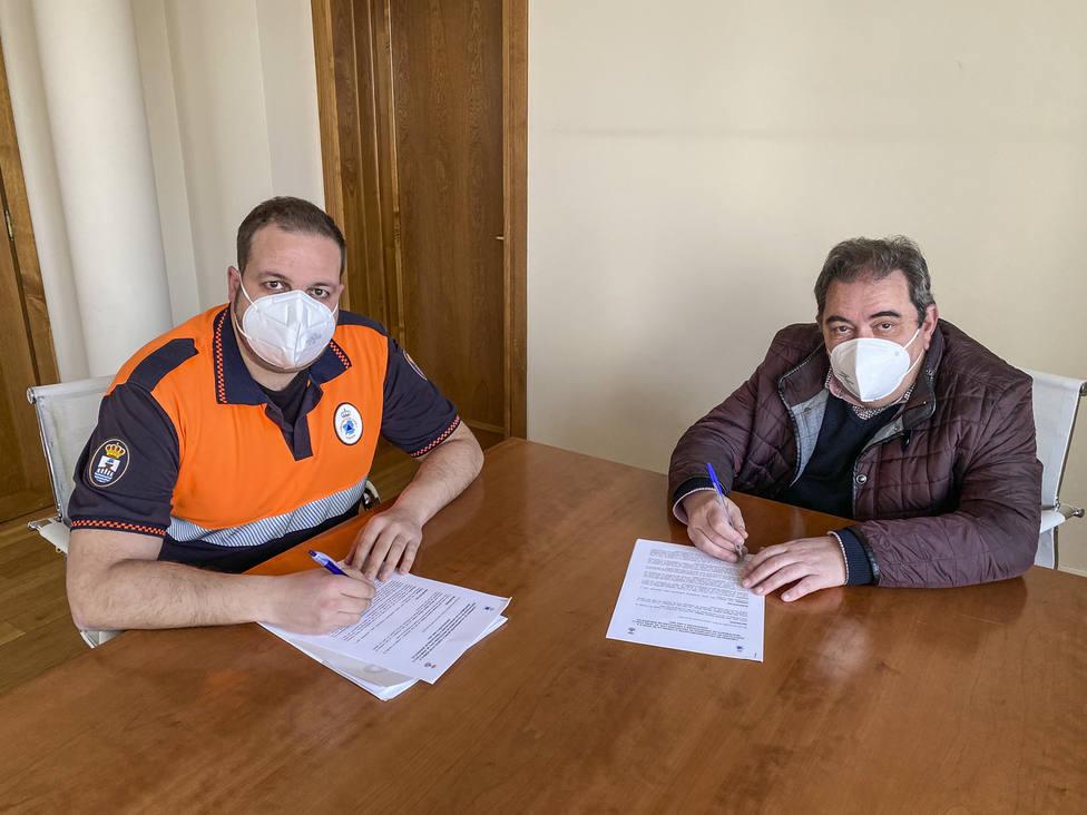 El alcalde de Verín y el responsable de Protección Civil firman el convenio para 2021.