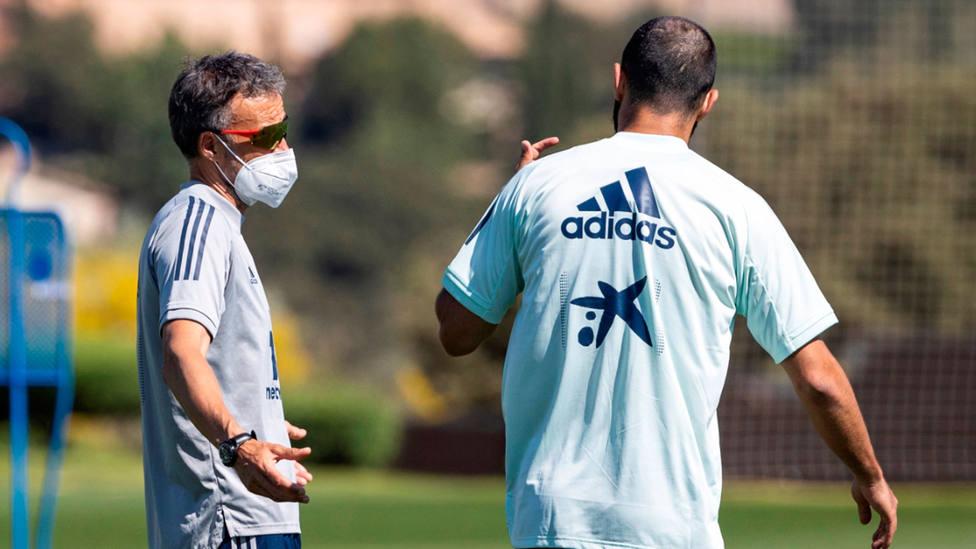 Luis Enrique Martínez, seleccionador de España, dirige un entrenamiento con mascarilla. EFE