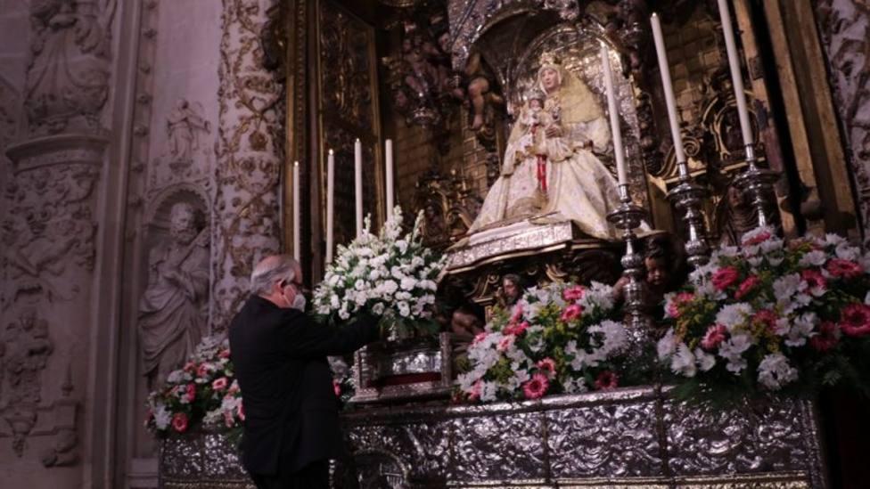 ctv-uwb-ofrenda-llora-del-arzobispo-a-la-virgen-de-los-reyes