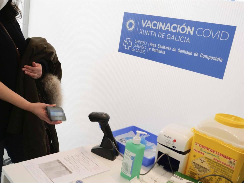 Una persona se identifica en un dispositivo de vacunación contra la COVID-19. FOTO: Europa Press
