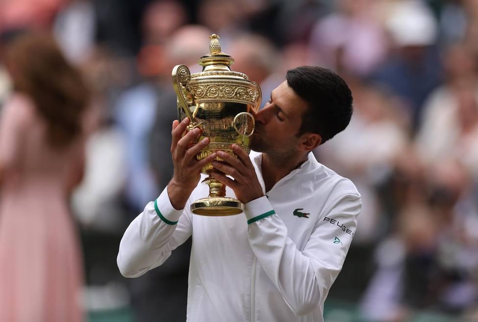 Djokovic levanta el trofeo de campeón de Wimbledon (EFE)
