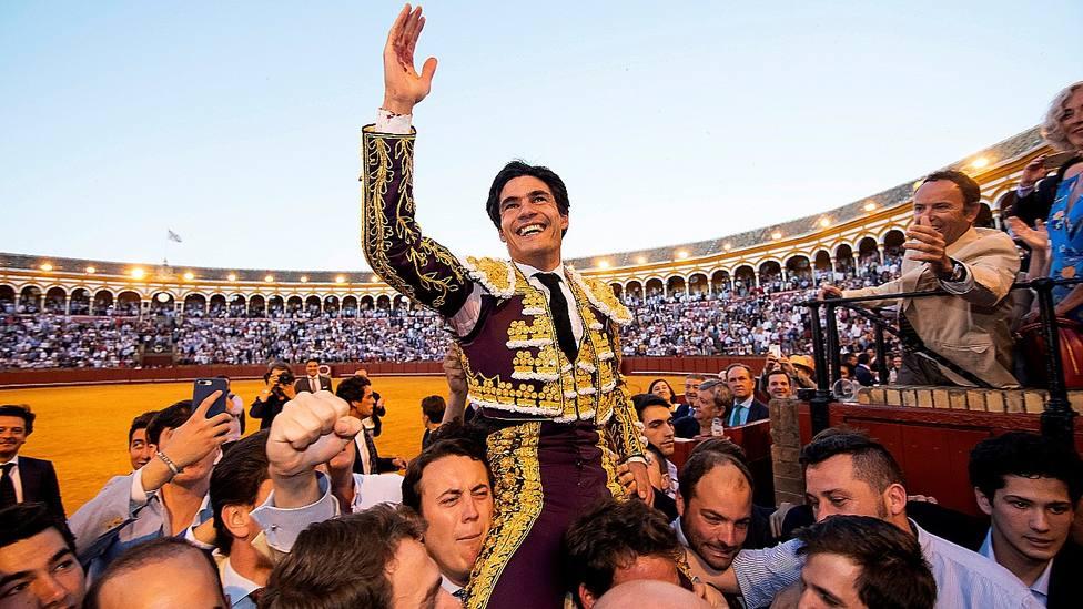 Pablo Aguado en su salida a hombros por la Puerta del Príncipe en la Feria de Abril de 2019