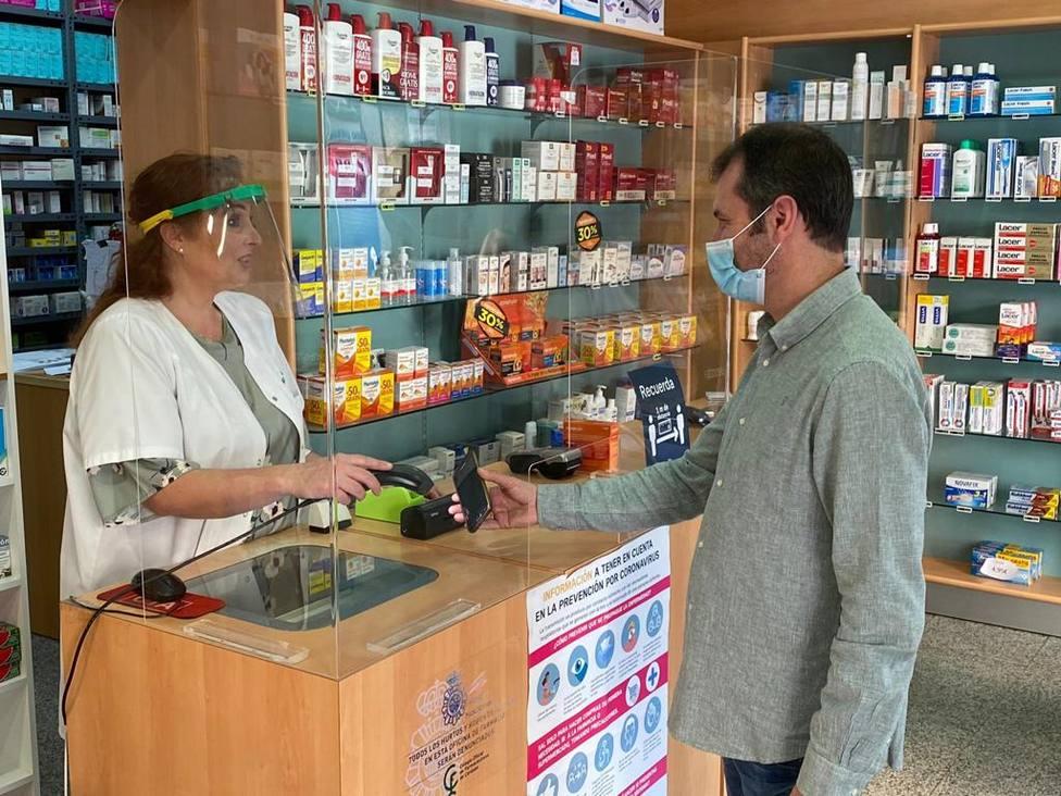 El consejero de Salud y Familias destaca en el Día del Farmacéutico la gran labor que desempeñan en la socieda