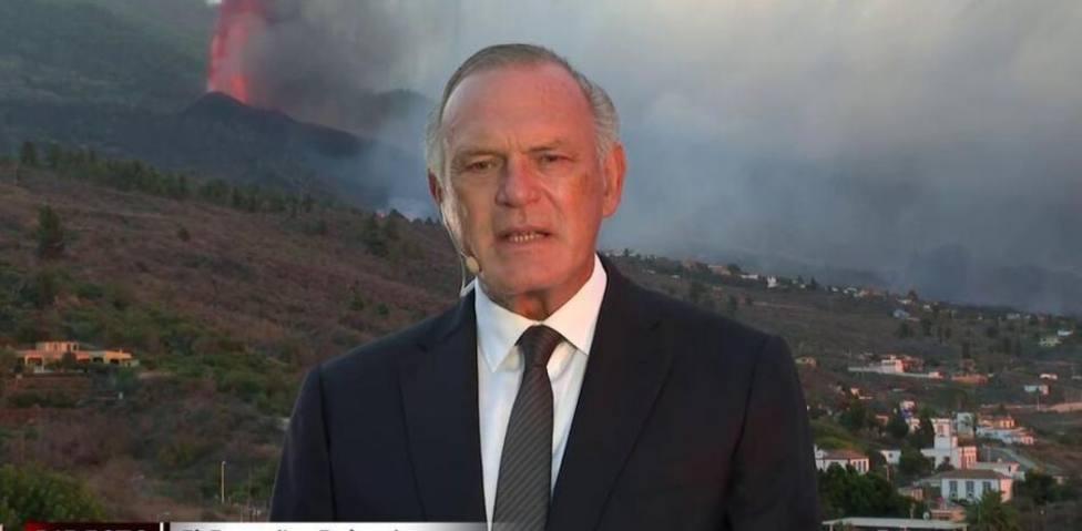 Pedro Piqueras sufre un incidente por el volcán de La Palma que preocupa a los espectadores: Perdón