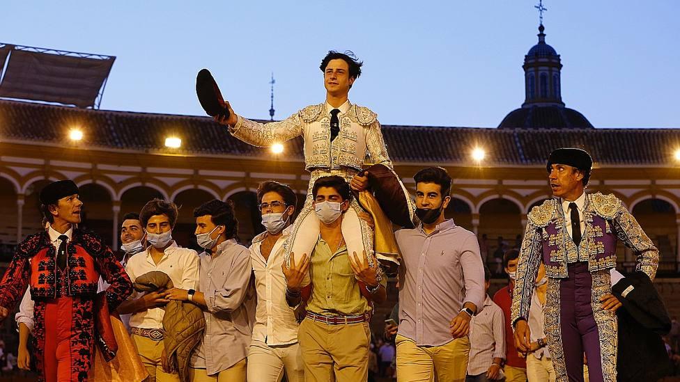 El novillero Joselito Sánchez en su salida a hombros este martes en la Maestranza de Sevilla