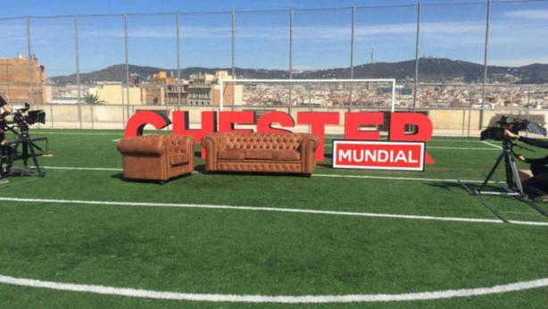 Se desploma una grada de espectadores durante una entrevista de Risto a Iniesta