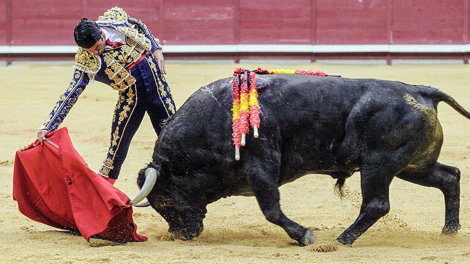 Derechazo de Emilio de Justo durante su actuación este domingo en el Coliseum Burgos
