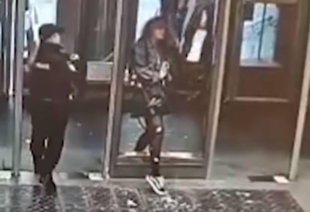Vídeo: rompe el cristal de una puerta con la cabeza