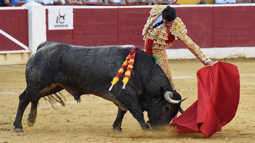 Natural de Emilio de Justo ante un toro de Adolfo Martín este domingo en Huesca