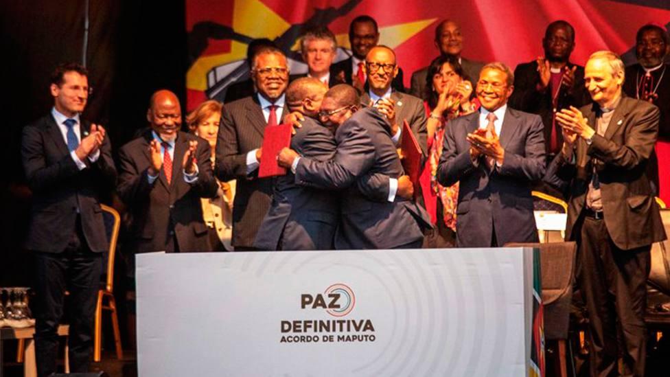 Filipe Nyusi, presidente de Mozambique, se abraza con Ossufo Momade, líder de la oposición | AFP