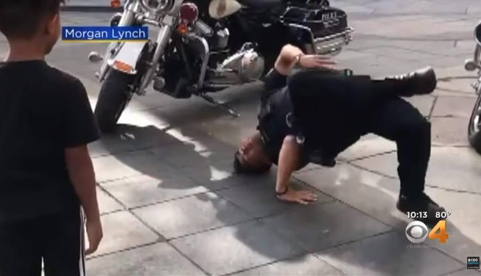 La increíble respuesta de un agente de policía tras ser retado por un niño a bailar breakdance
