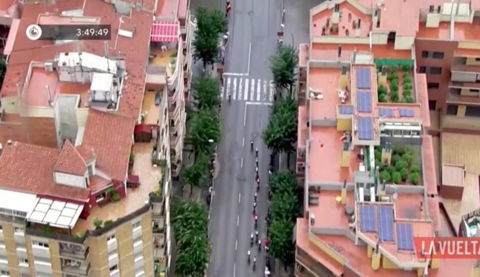 El helicóptero de La Vuelta ayuda a localizar una plantación de marihuana en una azotea