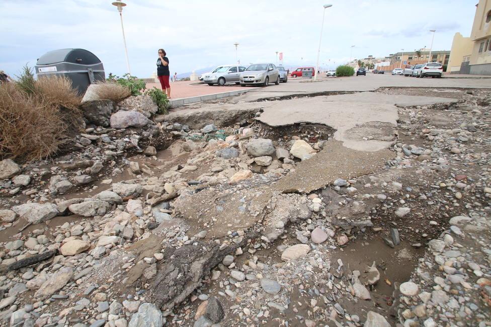 Moreno reúne un gabinete técnico para estudiar medidas de apoyo a los afectados y el lunes visitará Almería