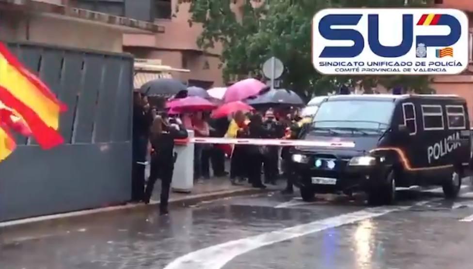 Aplausos, banderas españolas y gritos de ánimo en Valencia para los policías que regresan de Cataluña