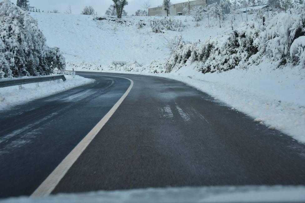 La nieve obliga a transitar con cadenas en Pedrafita y a suspender las clases en A Montaña