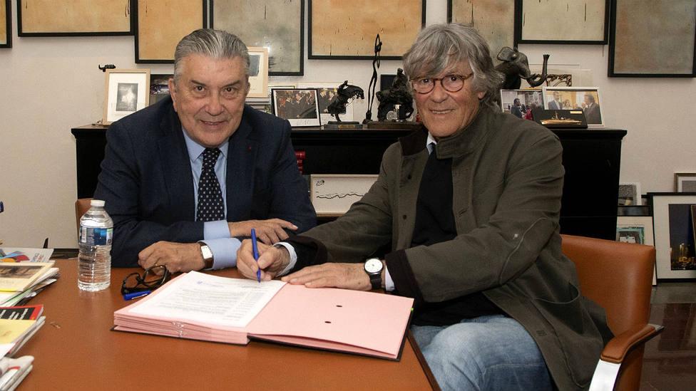El alcalde de Nimes Jean Paul Fournier y Simón Casas durante la firma del contrato