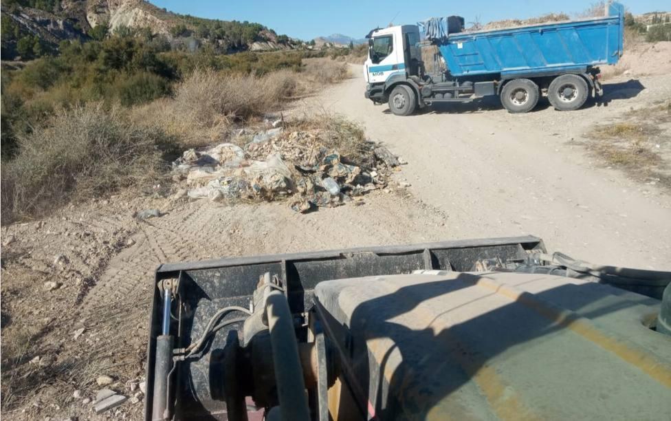 El Ayuntamiento de Lorca recoge 169 toneladas de residuos incontrolados vertidos en un tramo del cauce