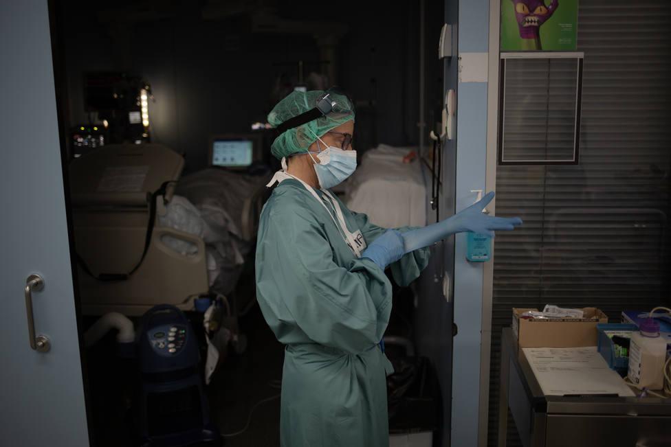 Foto de archivo de personal sanitario en una zona de coronavirus - FOTO: Europa Press / David Zorrakino
