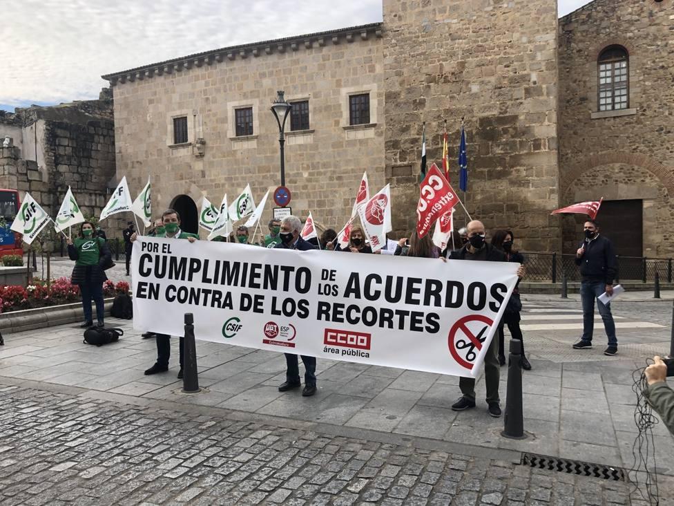 Concentración de CSIF, UGT y CCOO en Mérida frente a Presidencia. Foto: COPE