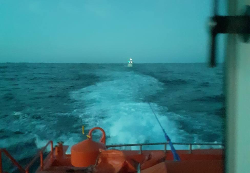 La Salvamar Shaula remolcando al pequero Playa de Bares - FOTO: Salvamento Marítimo