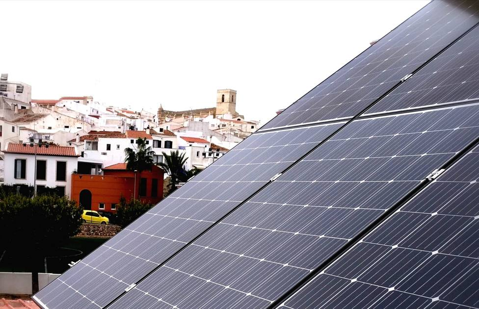 El Ayuntamiento de Alaior instala 60 módulos deplacas solares en el Polideportivo Municipal