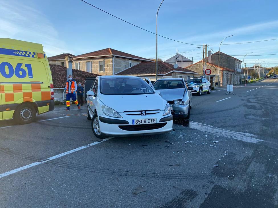 Los dos vehículos siniestrados en medio de la calzada