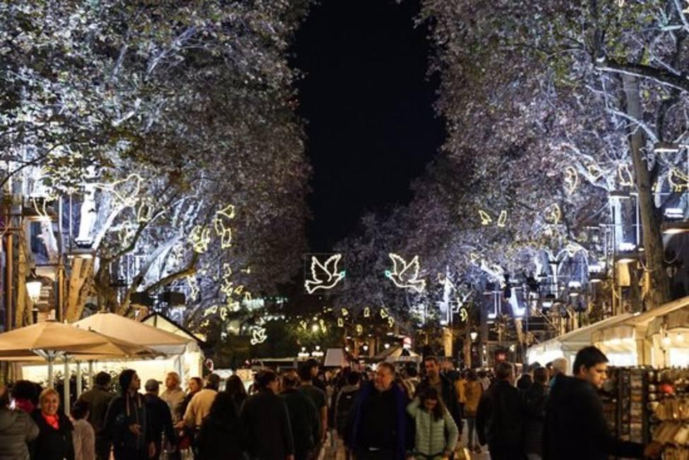 Foto de archivo de la Rambla de Barcelona con las luces de Navidad encendidas