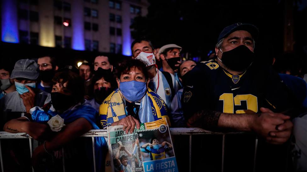 Infinidad de fans de Maradona, a las puertas del velatorio instalado en la Casa Rosada. EFE