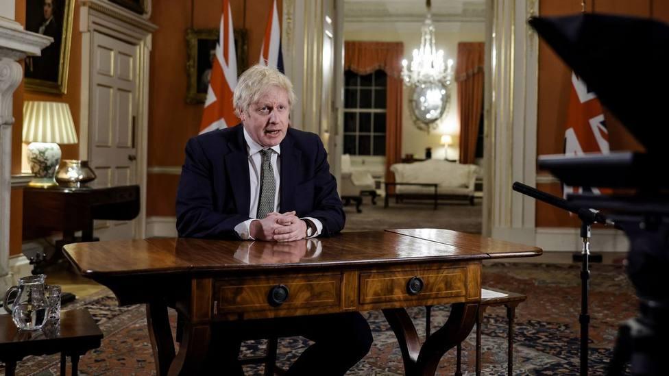 Boris Johnson ordena el confinamiento de Reino Unido con unos datos a los que se aproxima España