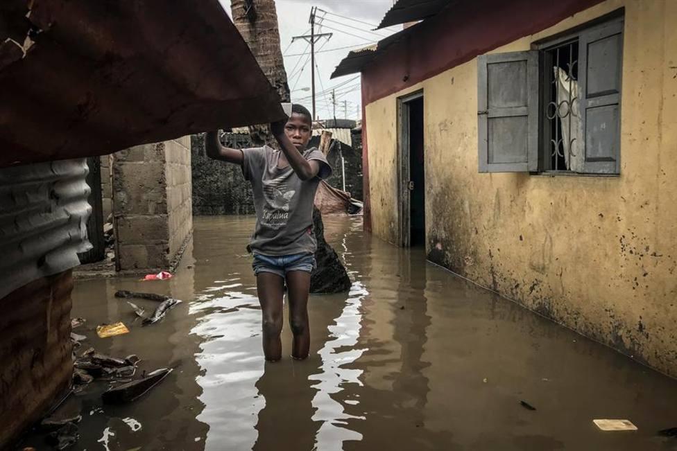 Un niño camina entre los daños causados tras el paso del ciclón tropical Eloise en una calle de Beira, Mozambi