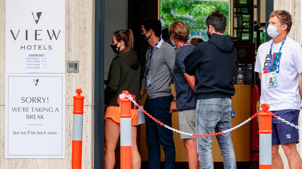 Varios jugadores del Open de Australia, a la espera de hacerse un PCR en su hotel. CORDONPRESS