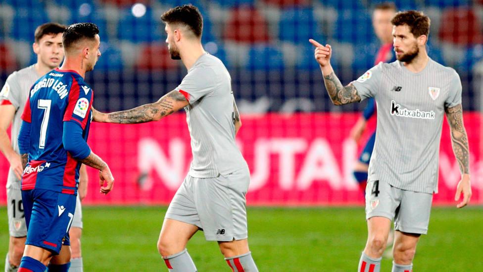Enfrentamiento entre Iñigo Martínez y Sergio León al término del Levante - Athletic, de LaLiga Santander. EFE