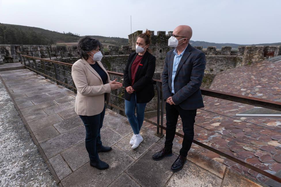 La alcaldesa y el vicipresidente de la Diputación en el Castillo de Moeche este martes - FOTO: César Galdo