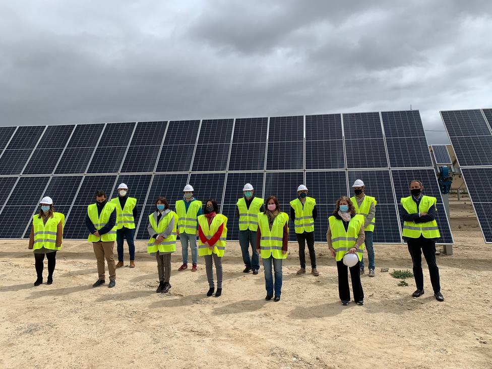 ctv-erx-foto-2-los-directivos-de-x-elio-con-la-alcaldesa-y-los-regidores-de-xixona-en-la-inauguracin-de-la-planta-fotovoltaica-de-turroneros