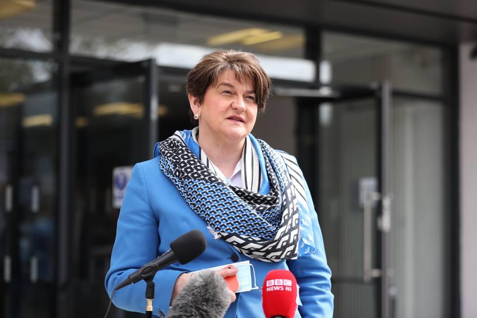 La ministra principal de Irlanda del Norte dimite tras semanas de altercados y tensiones políticas
