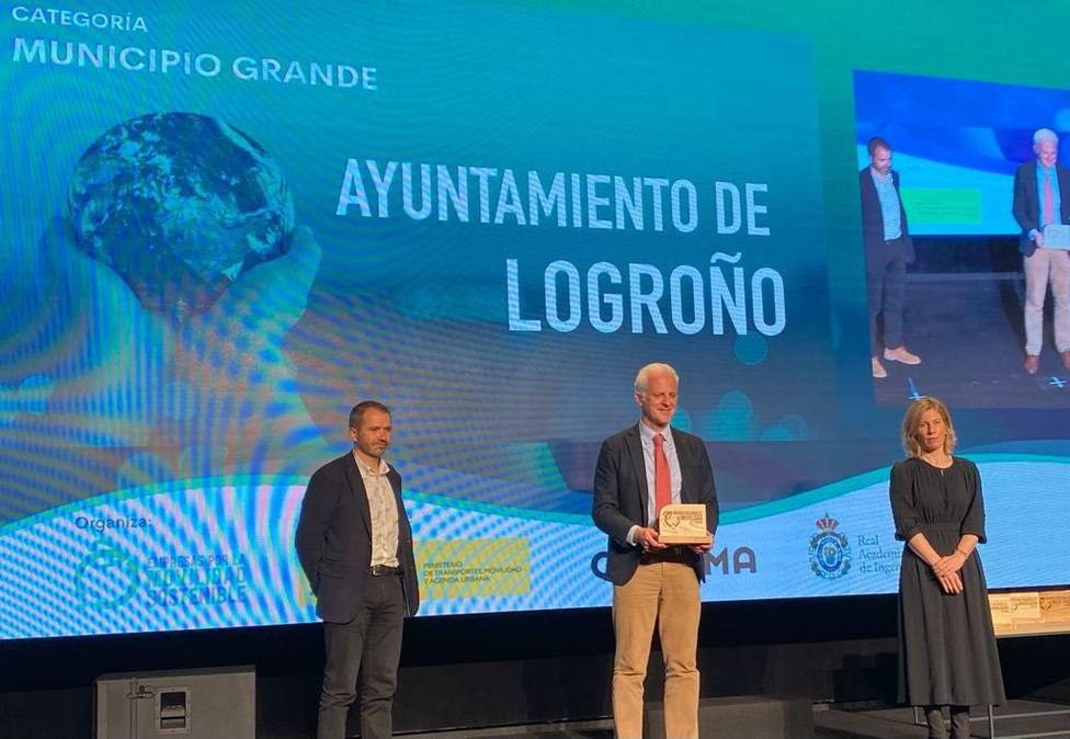 El alcalde de Logroño con el premio