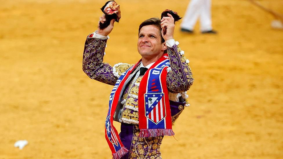 El Juli, con la bufanda el Atlético de Madrid y las dos orejas cortadas este sábado en Vistalegre