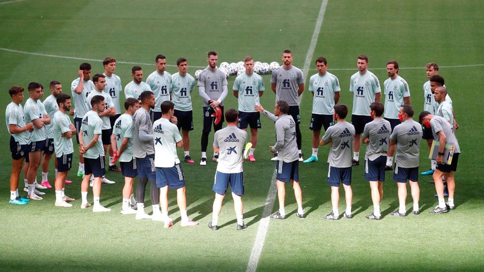 Los jugadores de la Selección Española convocados para la Eurocopa, escuchan órdenes de Luis Enrique