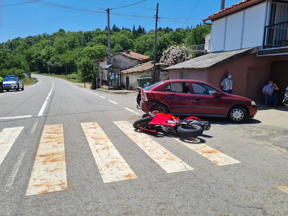 La motocicleta y el vehículo implicado en el accidente de A Trepa