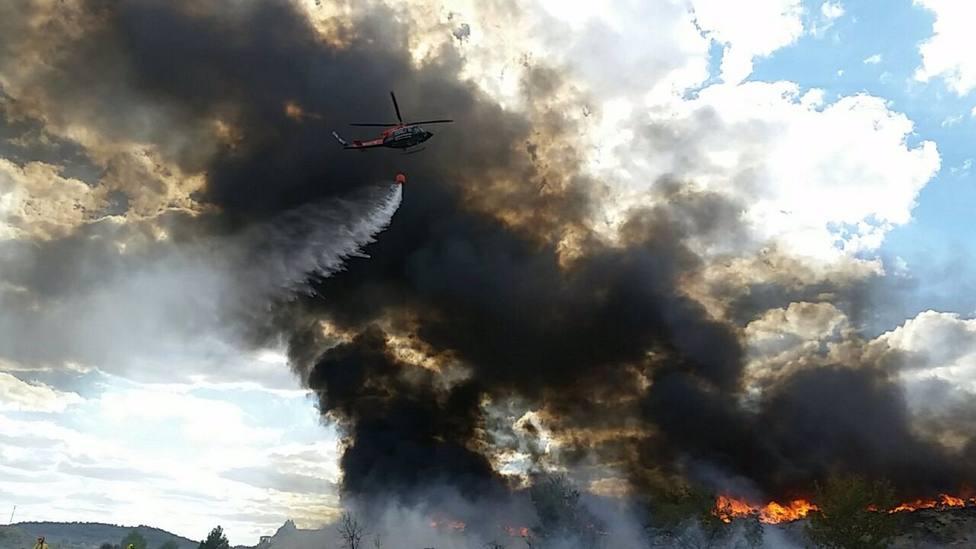 Sucesos.- Continúan las labores de extinción del incendio de tela triturada junto a una nave en Cehegín