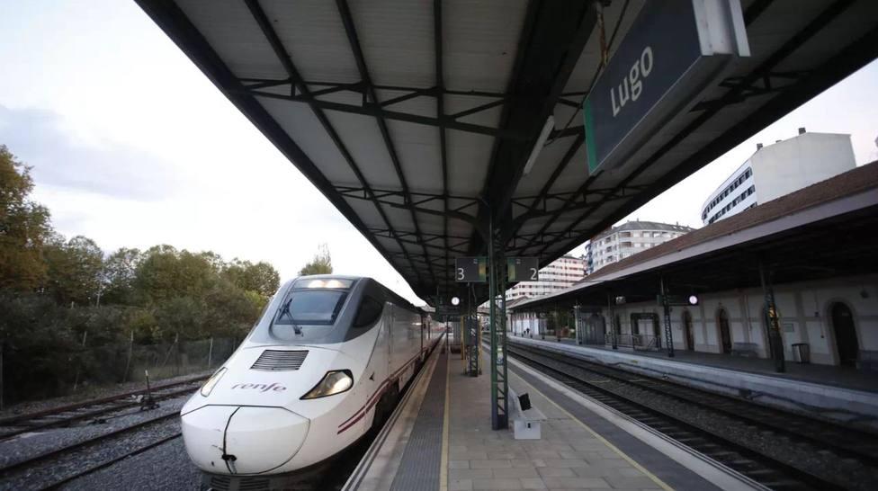 Un tren se dispone a salir en la estación de Lugo