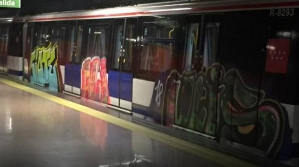 Metro con grafittis en imagen de archivo