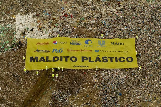 AMP-Activistas de Greenpeace colocan una pancarta gigante en el vertedero de Valdemingómez (Madrid) contra los plásticos