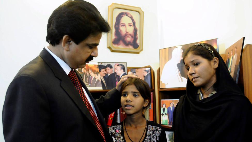 Sidra e Isham Bibi, hijas de Asia Bibi, hablan con el ministro de minorías religiosas de Pakistán