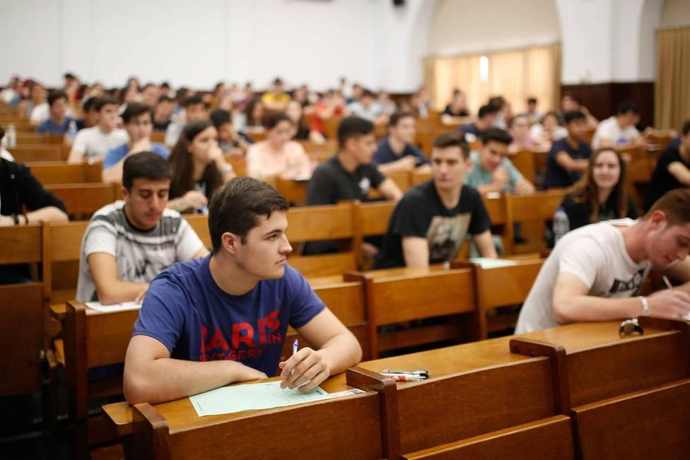 Estudiantes entregan a la ministra Celaá 178.000 firmas por una Selectividad única