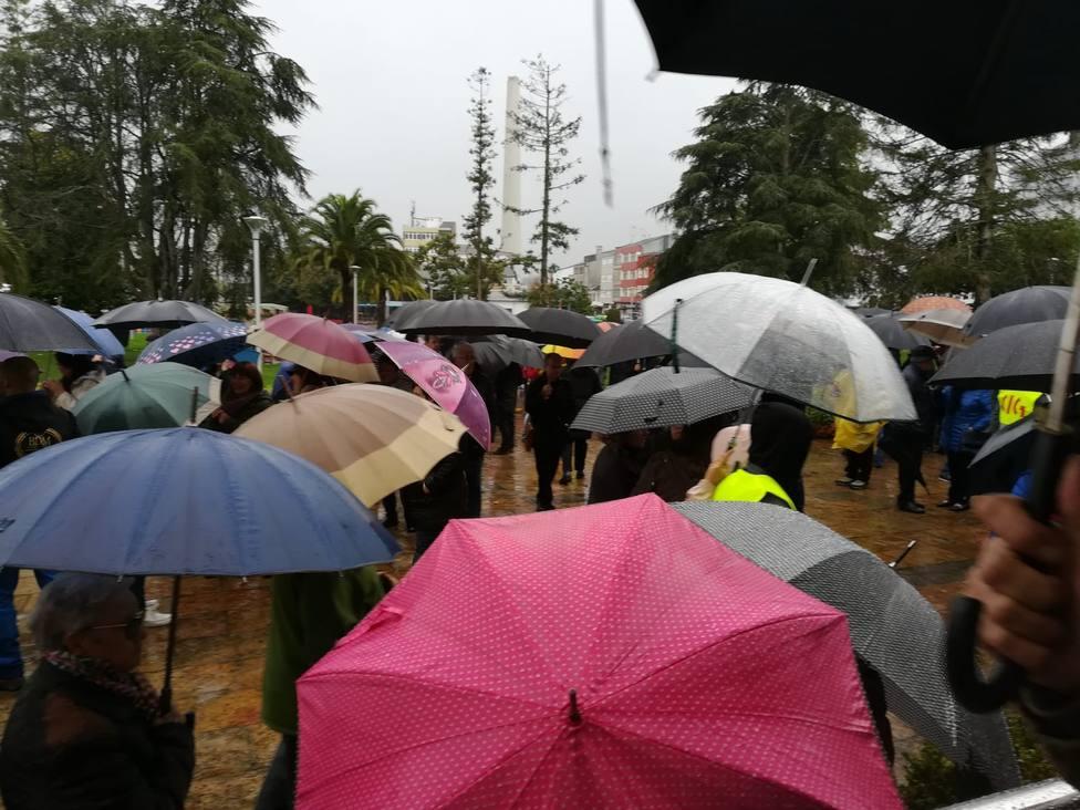 Participantes en la concentración ante el Ayuntamiento de As Pontes - FOTO: Cedida