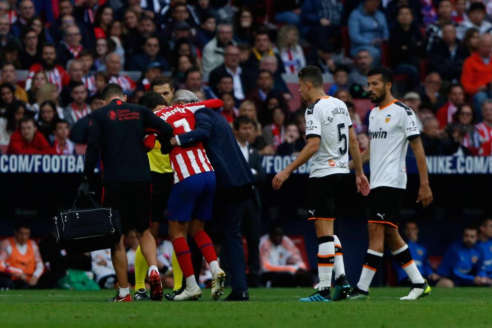 Joao Félix se retira lesionado ante el Valencia (EFE)